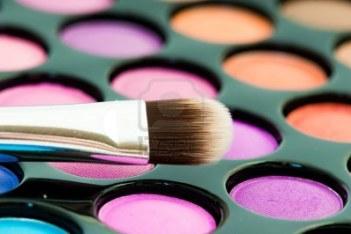 9452983-sombras-de-ojos-multicolores-con-pincel-de-cosmeticos
