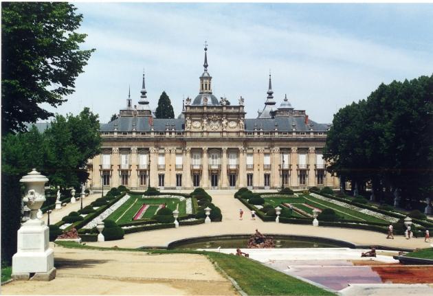 Fachada_principal_palacio_jardines_fuente_Amphitrite